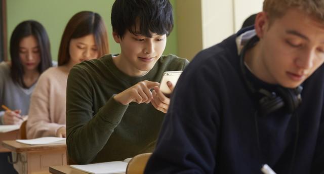 スマホを使う学生