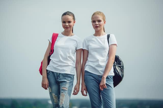 Tシャツとジーンズを着る女性