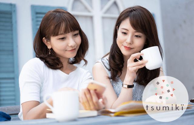 カフェで投資でスマホを見る女性
